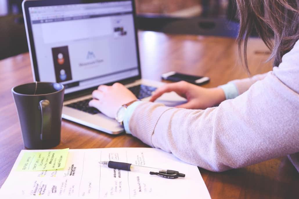 Zakenvrouw is aan het werk op haar laptop