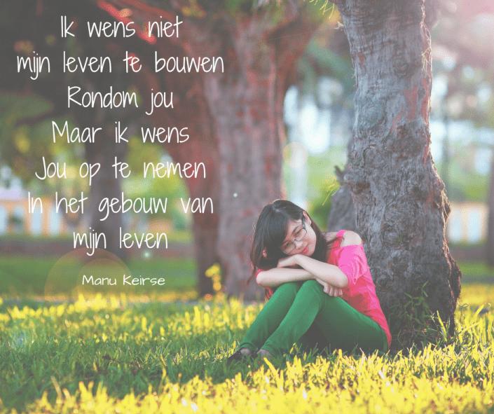 Foto van een vrouw tegen een boom geleund met een gedicht