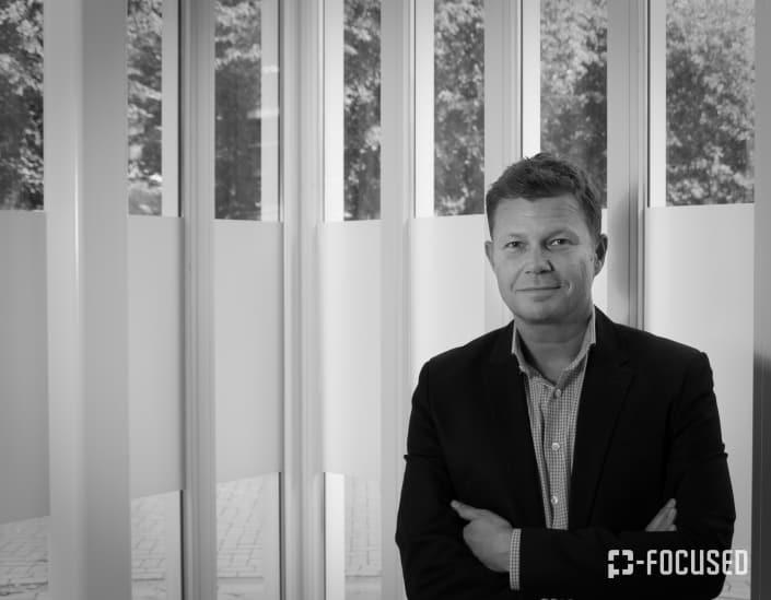 Portretfoto van Jan Roovers in zwart wit voor een raampartij