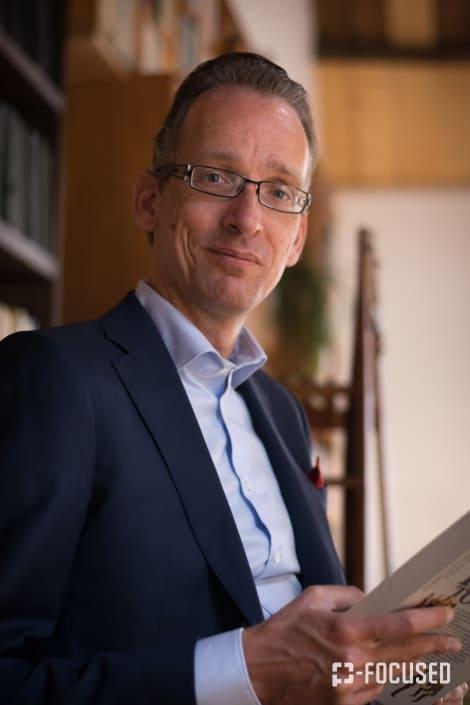 Profielfoto van Owen van Oers lezend in een boek