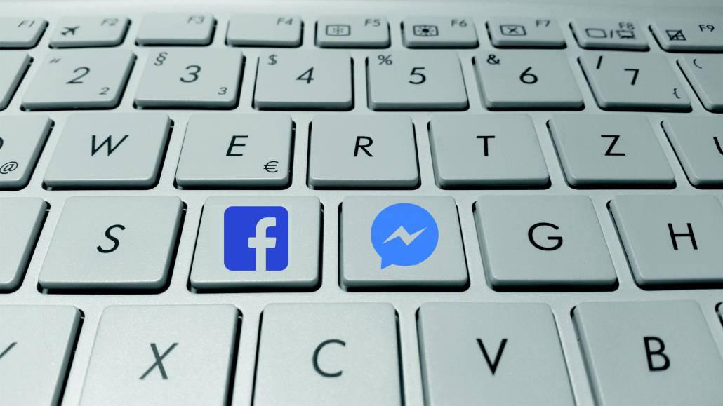 Toetsenbord met facebook en messenger symbool